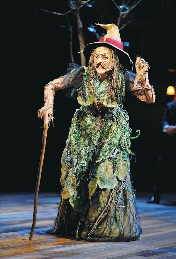 19_theater_into-the-woods_lisa-brescia-as-the-witch_photo-by-jon-gardiner.jpe