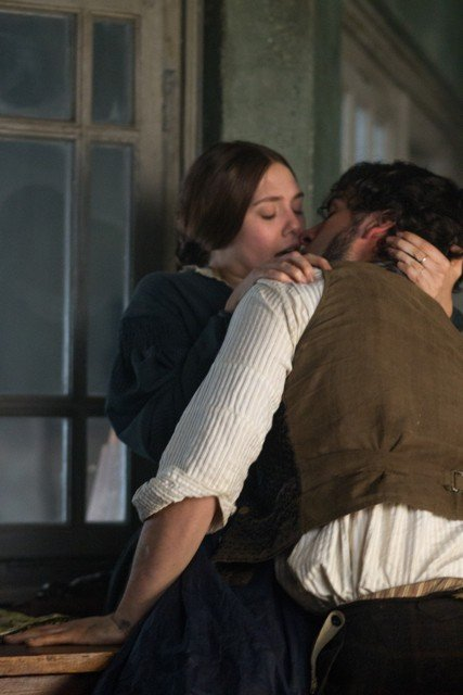 elizabeth-olsen-and-oscar-isaac-in-charlie-stratton-s-in-secret-ps.jpe