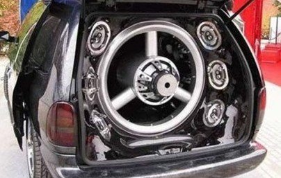 1311977261-loud.huge-car-subwoofer.jpg.jpe