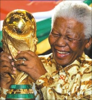 1276192122-mandela_world_cup.jpg.jpe
