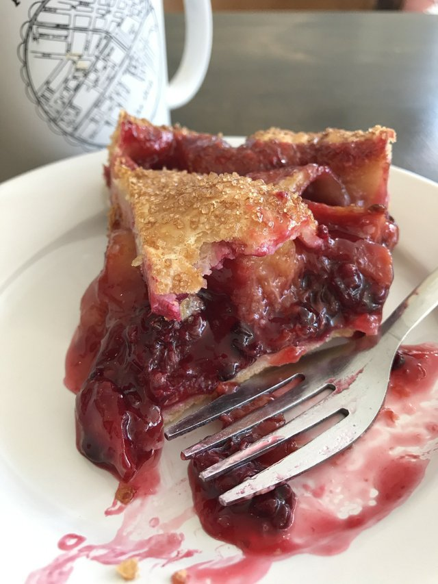 east_durham_bake_shop_peach-blackberry_pie.jpe