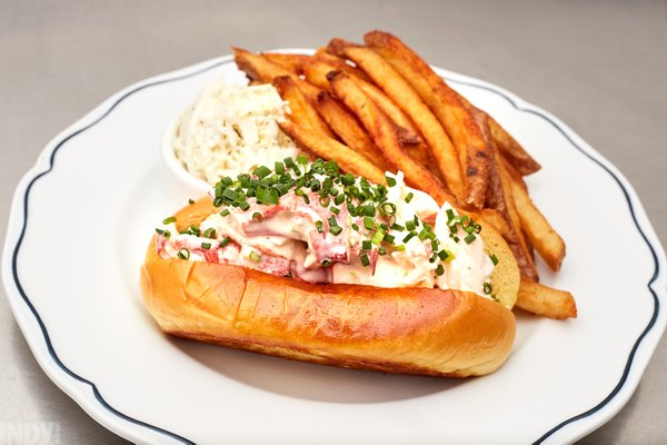 20200226_JW_INDY_SaintJamesSeafood-LobsterRoll-IMG_9865.jpg